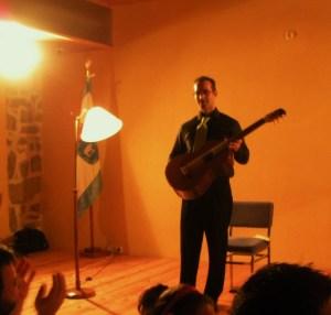 ROBERTO MORON saludando tras la finalización de su magnífico recital.