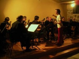 ELENA BERRÓN dirige a la Agrupación ÁVILA PULSO Y PÚA