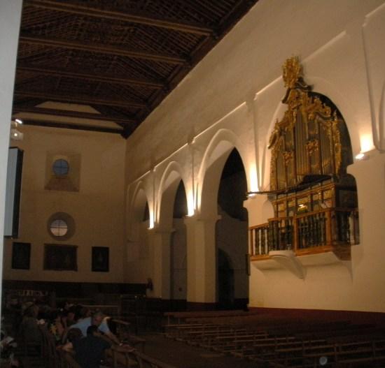 Vista oblícua con artesonado y órgano.