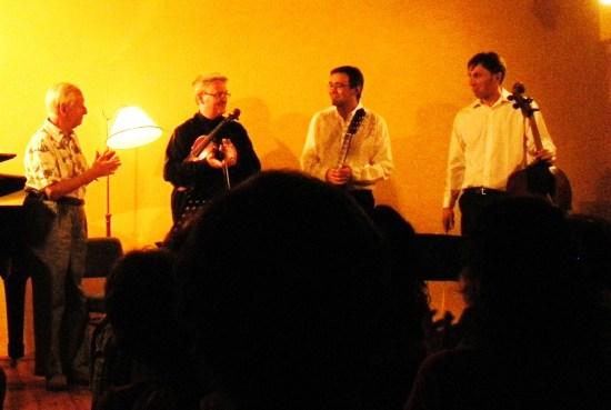 Raymond Vauterin felicita a Antonio Dominguez y David O´Doherty en el estreno de su Trío pour guitare,violon et violonchelo.